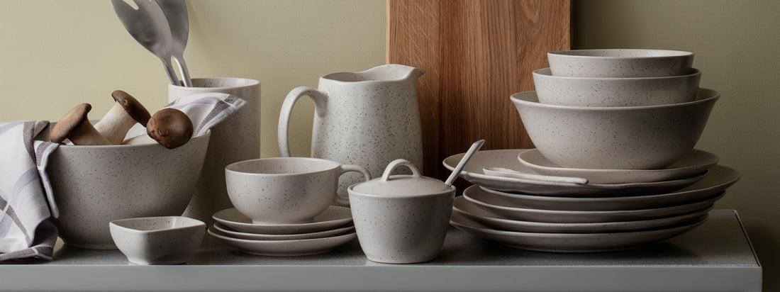 Die Nordic Vanilla Geschirr-Serie von Broste Copenhagen erinnert mit ihrem Aussehen an süße Vanillemilch. Sie beinhaltet Teller, Schalen und Becher in verschiedenen Varianten sowie Zuckertopf und Teekanne.