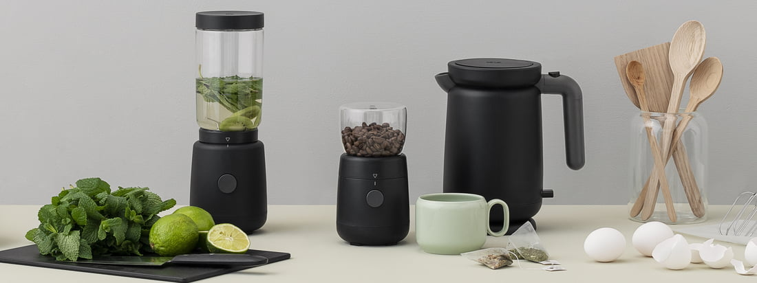 Mit ihrem schwarzen Gehäuse wirken die Foodie Elektrische Kaffeemühle und der passende Wasserkocher von Rig-Tig by Stelton außerordentlich modern und sauber.