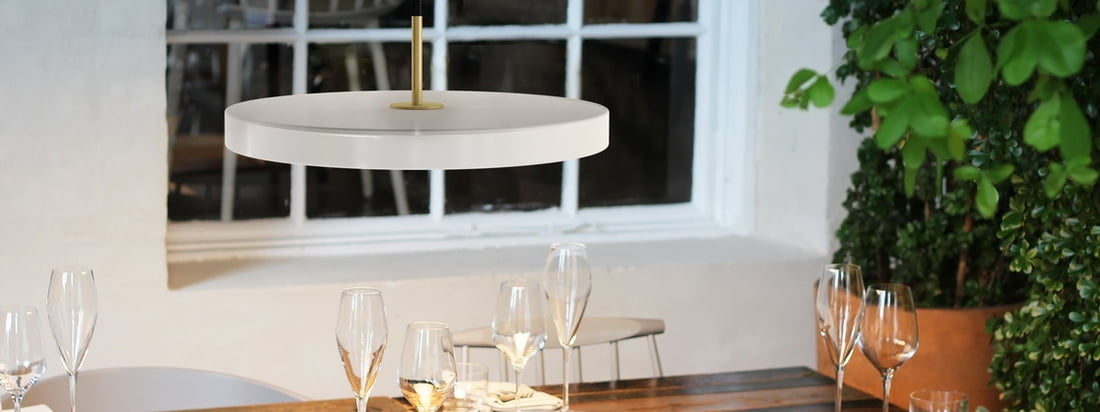 Besonders schön macht sich die Asteria Pendelleuchte LED von Umage in Pearl über dem großen Esstisch im Wohnzimmer. Aber auch in öffentlichen Gebäuden wie Hotels oder Restaurants kann die moderne und zugleich zeitlose Leuchte beeindrucken.