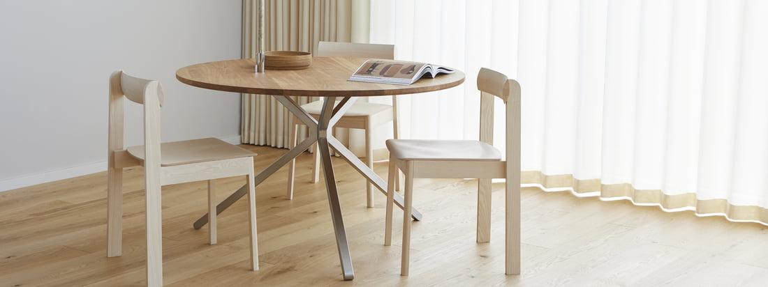 Der Frisbee Tisch von Form& Refine ist der zeitlose Mittelpunkt des Wohn- und Esszimmers, und lässt sich mit minimalistischen Stühlen wie dem Blueprint Stuhl ergänzen.