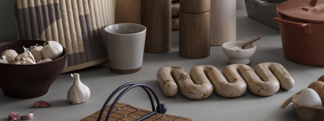 Nicht nur praktisch, sondern auch sehr dekorativ ist der Orla Untersetzer von Broste Copenhagen. Er wird aus gepresstem Marmorverbund in einer skulpturalen Form gefertigt.