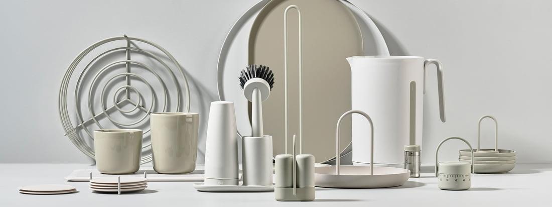 Zu der Singles Kollektion von Zone Denmark gehören zahlreiche Küchenhelfer wie Wasserkocher, Tabletts, Salz- und Pfefferstreuer oder Küchenrollenhalter. Alle Produkte wurden zusammen mit dem dänischen Designteam VE2 entworfen.