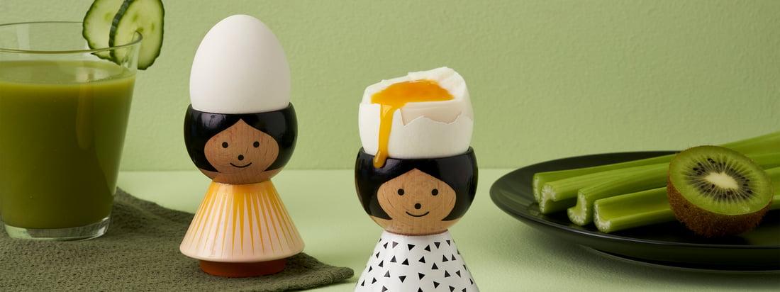 Die etwa 6 cm hohen Figuren aus Buchenholz sind alle aufwendig handbemalt und genießen in Skandinavien Kultstatus. Die Eierbecher können mit einem feuchten Tuch gereinigt werden.