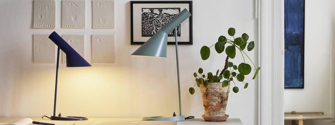 AJ Tischleuchte von Louis Poulsen in der Ambiente-Ansicht. Die kleine und die größere Design-Tischleuchte können auf dem Schreibtisch kombiniert werden, ohne viel Platz einzunehmen.