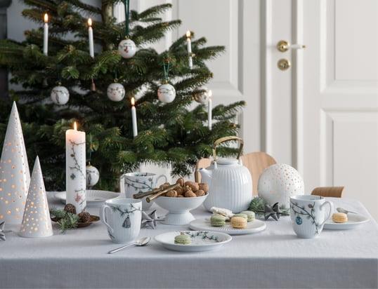 Die Nobili Teelichthalter von Kähler Design in der Ambienteansicht: Das Kerzenlicht dringt durch die kleinen Öffnungen der Teelichthalter und erzeugt eine romantische Atmosphäre auf dem festlich gedeckten Tisch.