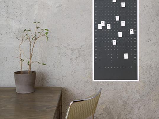 Der auf Recyclingpapier gedruckte Wandkalender von DIG im Hoch- oder im Querformat ist individuelles Wandobjekt und Kalender zugleich: mit 100 gelochten Klebezetteln lassen sich auf dem Kalender einzelne Tage markieren und beschriften.
