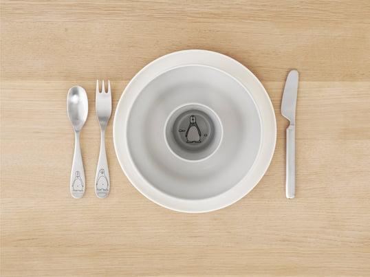Das Design Letters – AJ Melamin Besteck-Set beinhaltet Gabel, Messer, Löffel und Teelöffel. Es ist im Typografie-Design aus Melamin. Das Design stammt von Arne Jacobsen.
