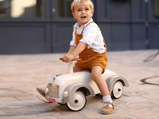 Das nostalgisch anmutende retro Modell wird aus stabilem Metall gefertigt und bietet damit ausreichend Schutz und Langlebigkeit. Der Oldtimer lässt nicht nur Kinderherzen höher schlagen, sondern begeistert mit seinem Aussehen auch Erwachsene.