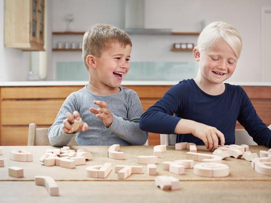 Die Alphabet-Blocks von Kay Bojesen sind eine Möglichkeit für Kinder, spielerisch das Alphabet zu lernen und mit Spaß ein Gefühl für das Lesen und die Rechtschreibung zu entwickeln.