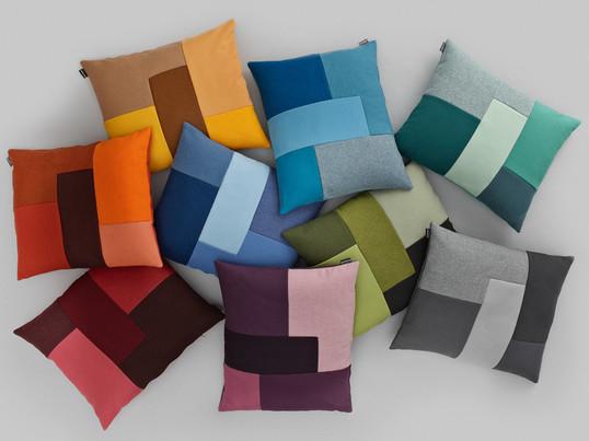 Britt Bonnesen hat für Normann Copenhagen die Brick Kissen gestaltet. Das Brick Kissen kombiniert Stoffe in verschiedene Strukturen und Nuancen und bringt fröhliche Farbkleckse in die Einrichtung.