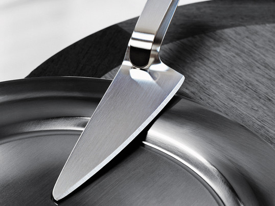 Der Tortenmesser/-heber wurde von Erik Magnussen für Stelton designt, damit Sie Ihre Torten- und Kuchenstücke in einem Schritt schneiden und servieren können.