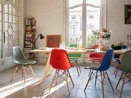 Vitra zeigt Ihnen, wie Sie stilvoll und authentisch Ihr Esszimmer gestalten können. Der EM Table Esstisch bietet genug Platz, um mit der ganzen Familie zu speisen. Dazu sitzen Sie auf dem Eames Plastice Side Chair bequem.
