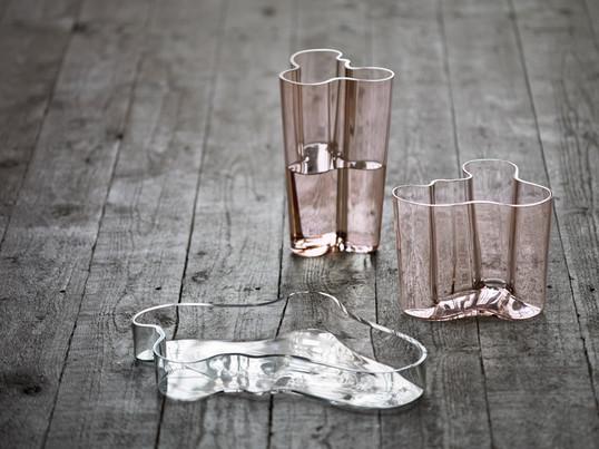 Die von Alvar Aalto designte Iittala-Aalto-Schale ist ihrer Form der Savoy Vase nachempfunden. Sie sind mit ihrer organischen Form absolute Design-Trendsetter.