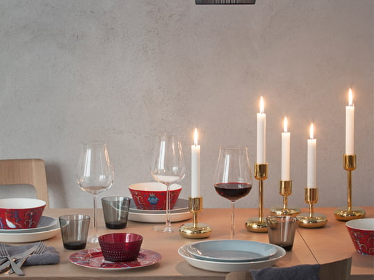 Die Taike Geschirrserie vom finnischen Unternehmen Iittala ist mystisch und farbenfroh. Das äußerst dekorative Muster wurde von Klaus Haapaniemi entworfen.