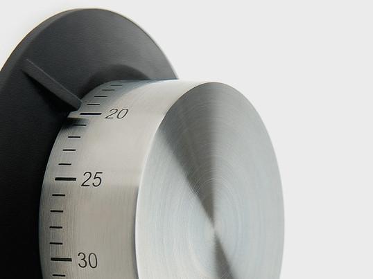 Die Eieruhr von der dänischen Firma Eva Solo wurde von Claus Jensen und Hendrik Holbæk von Tools Design entworfen und lässt sich dank des Magneten gut an metallischen Oberflächen anbringen.