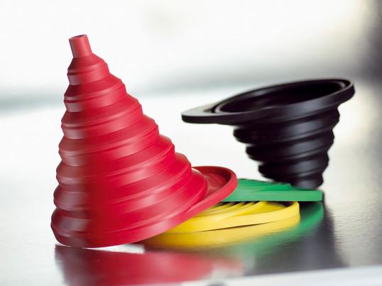 Der Designer Boje Estermann hat den zusammenfaltbaren Normann Copenhagen Funnel entworfen. Dieser Trichter ist durch eine hochwertige Verarbeitung äußerst haltbar und platzsparend.