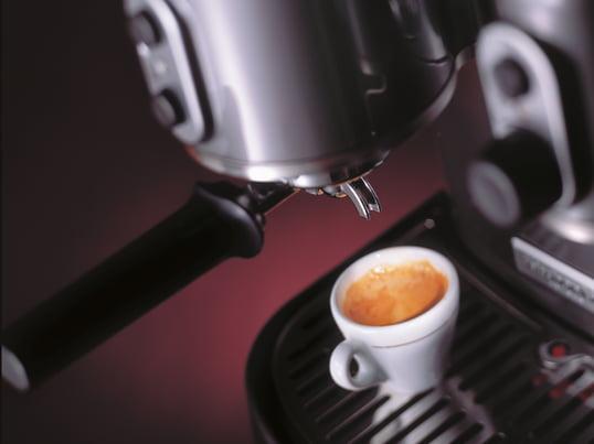 Die Artisan Espressomaschine bereitet Ihnen im Handumdrehen einen perfekten Capuccino oder Espresso auf italienische Art. Die Maschine besticht durch ihr unverwechselbares Design von KitchenAid.