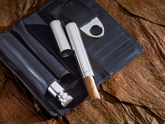 Das Churchill Zigarren Geniesserset vom Hersteller Philippi ist ein wunderbares Geschenk für einen wahren Genießer und Zigarrenliebhaber. Mit dem integrierten Flachmann ist der Genuss vorprogrammiert.
