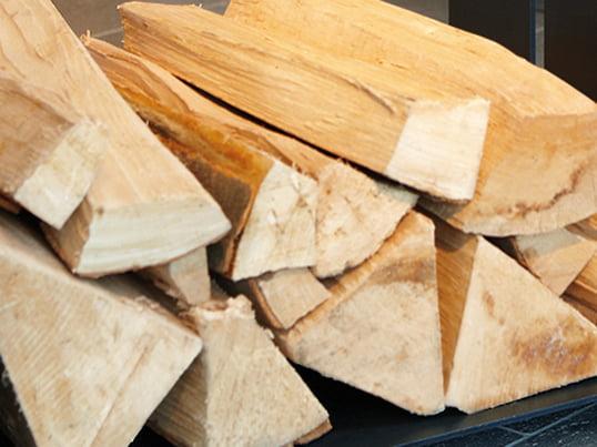 Die Holzlege wood-in von artepuro ist ein geräumiges Stahlkonstrukt, das genügend Stauraum für jede Art von Brennholz bietet und auch als Möbel um den Kamin herum designbetonte Akzente setzt.