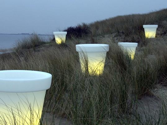Der Bloom Pot kann problemlos im Innen- und im Außenbereich verwendet werden. Wenn die Beleuchtung des Blumentopfs eingeschaltet ist, ist nur noch das Licht zu sehen und das Material wird dabei fast unsichtbar.