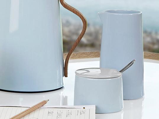 Ergänzen Sie den Kaffee- und Teetisch mit der Zuckerschale und dem Thermosmilchkännchen aus Steltons Emma-Serie. Stelton fertigt die Emma-Serie aus Porzellan und natürlich ist diese spülmaschinenfest.