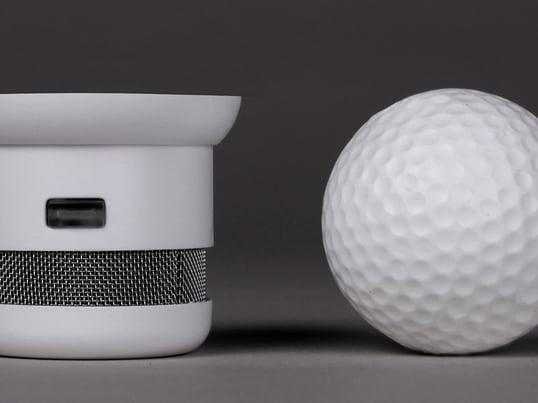 Ein Rauchmelder, nicht größer als ein Golfbal. Aber nicht nur die Größe ist einzigartig: Durch sein elegantes Design bleibt er ganz diskret, unabhängig davon, wo er angebracht wird.