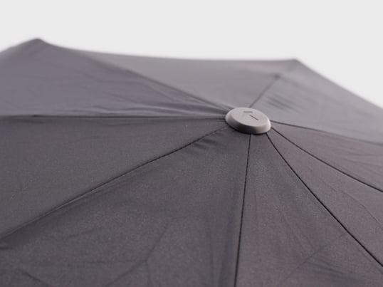 """Auch bei Schirmen gilt der Grundsatz """"form follows function"""", Design hört hier nicht auf. Eine Vielzahl an Regenschirmen finden Sie online im Connox Wohndesign-Shop."""