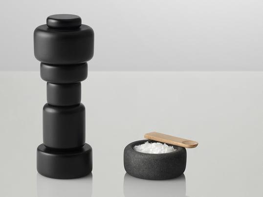 """Passend zur Salz- und Pfeffermühle """"Plus"""" haben die Designer Norway Says für Muuto mit One ein Salz- und Pfefferfässchen entworfen. Aus Granit hergestellt kann es ergänzend oder separat zu der Mühlen eingesetzt werden."""