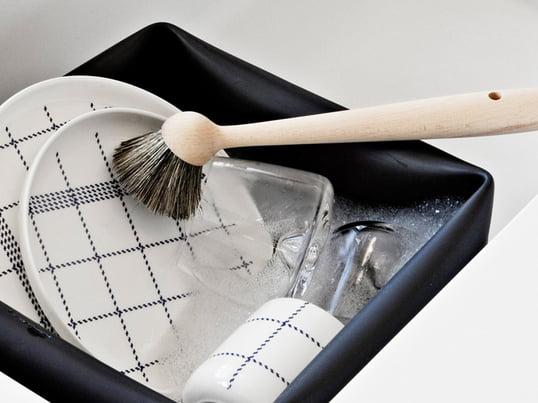 Spülbürsten werden zum Abwaschen von Geschirr, Glas, Tellern und Tassen verwendet. Die Spülbürste von Normann Copenhagen begeistert mit natürlichen Materialien: Naturborsten im Kopf und der Griff aus Buchenholz gefertigt.