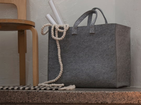 Bei den Iittala Meno Taschen stand der Vielzweck-Charakter und die Alltagstauglichkeit im Vordergrund. Mehr kann man sich von einer Tragetasche nicht wünschen. Polyesterfilz macht die Tasche ausgesprochen robust, leicht und zugleich ästhetisch ansprechend.