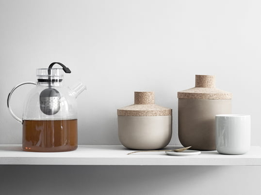 Die Teekanne Kettle von Menu besteht aus Glas und besitzt ein praktisches Tee-Ei in ihrer Mitte, mit dessen Hilfe Sie Ihren Tee frisch aufbrühen können.