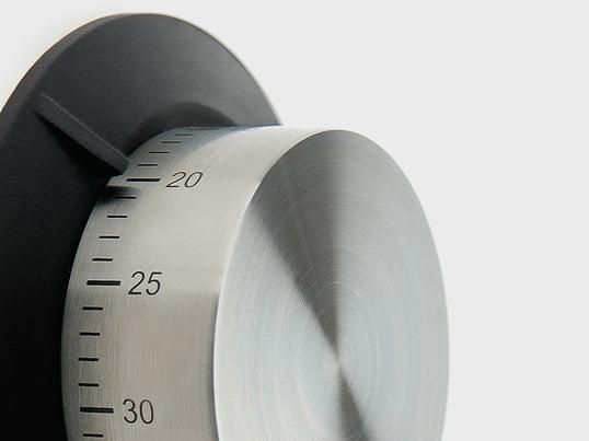 Die magnetische Eieruhr von der dänischen Firma Eva Solo, aus rostfreiem Edelstahl und schwarzem Silikon, lässt sich an der Kühlschranktür oder überall dort, wo metallische Oberflächen vorhanden sind, anbringen.