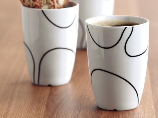 Die Porzellantassen von Menu haben ein handgezeichnetes Muster, das die Formsymbiose zwischen japanischem Minimalismus und kühler skandinavischer Ruhe unterstreicht und sind in drei Größen erhältlich.
