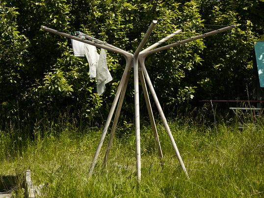 Draußen, wo die Luft zirkuliert und die Sonne scheint trocknet Wäsche schneller. Dennoch: Es ist kein Problem Kleidung in der Wohnung zu trocknen, sofern Sie ihr genug Platz schaffen.