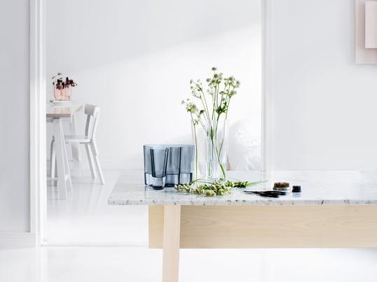 Die Savoy-Vase bildet mit ihren charakteristischen Formen den Grundpfeiler der Alvar Aalto Kollektion von Iittala. Noch heute bringt das finnische Unternehmen regelmäßig neue Farbenvarianten der Vase auf den Markt.