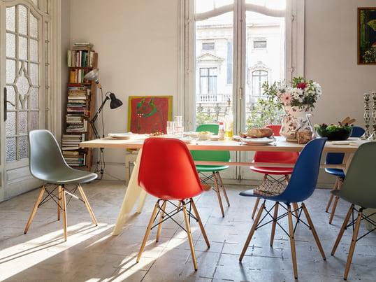 Der Eames Plastic Side Chair von Vitra, der von Charles und Ray Eames 1950 gestaltet wurde, ist die zeitgemäße Produktion des legendären Fiberglass Chair.