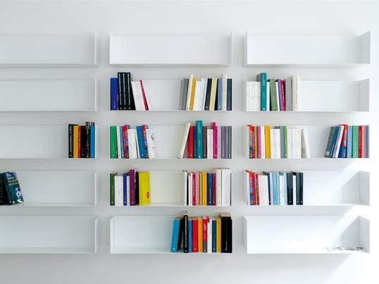 Die linea1 – a Bücher- und DVD-Regale werden aus hauchdünnem Stahlblech zu einer stabilen Form gefaltet. Sie sind gewollt dezent, um den Inhalt in der Vordergrund treten zu lassen.