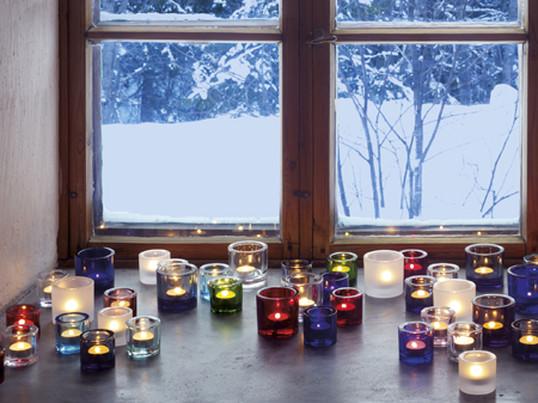 Das Spektrum der Farben von Kivi von Iittala und seine ausdrucksstarken Formen bringen das Kerzenlicht gut zur Geltung, denn das Leuchten der Flamme wird vervielfältigt.