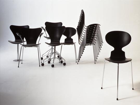 Im Jahr 1952 erschien der Stuhl die Ameise von Arne Jacobsen bei Fritz Hansen, der trotz seiner minimalistischen Form und grazilen gestalt ein außergewöhnlich bequemer Stuhl ist.