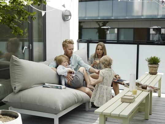 Das Outdoorf Sofa Float Loung vom dänischen Möbelunternehmen Skagerak wurde von Mette Skjærbæk designt, die Ihre Vorliebe für großen Komfort bei diesem Möbelstück mit einfließen lassen hat.
