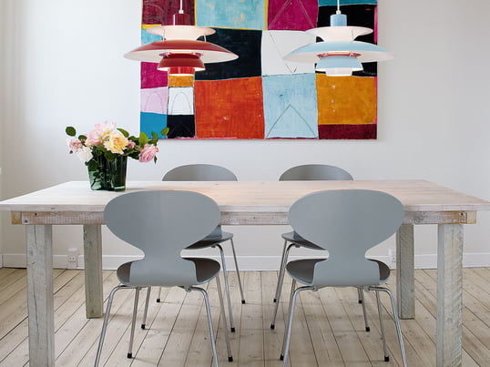 Der Stuhl Ameise von Fritz Hansen wurde von Arne Jacobsen designt. Trotz seiner minimalistischen Form ist die Ameise ein außerordentlich bequemer Stuhl.