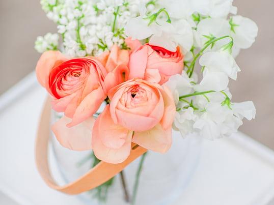 Blumen dekoriert in der Holmegaard Design with light Glasschale. Liebgewonnene Urlaubserinnerungen, frische Blumen und andere dekorative Kleinigkeiten werden in der Glasschale zu interessanten Hinguckern.