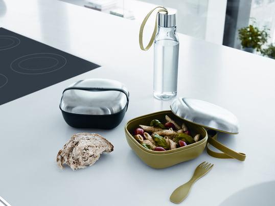 Die Eva Solo Lunchbox ist perfekt, um warme oder kalte Gerichte sicher zu transportieren. Aufgrund des hochwertigen Designs ist ein separater Teller vollkommen überflüssig. Eine Gabel liefert der mikrowellenfeste Behälter mit Edelstahldeckel direkt mit.