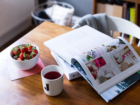 Mit Erdbeeren, einer Tasse Kaffee und einem guten Buch am Esszimmertisch - Ideen, Tipps und Inspirationen von Jasmins Interior- und Lifestyle-Blog elbmadame