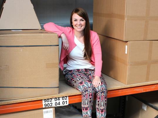Isabell ist Teamleiterin im Marketing und kümmert sich bei Connox um die Azubis, die Newsletter, das Preis- und das Printmarketing. Unsere schönen Kataloge erstellt Isabell.