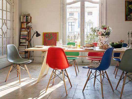 Der Plastic Side Chair DSW von Charles & Ray Eames für Vitra harmoniert durch die Stuhl-Beine aus Ahorn mit dem Table Solvay Holz-Esstisch aus Eiche – ob in mauve grau, classic red/rot, classic green/grün oder marine blau. Neue Farben für Esszimmer und Küche!