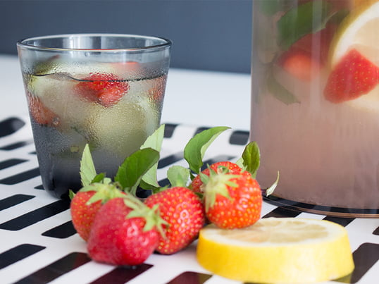Fruchtig-erfrischendes Wasser aus Kartio Trinkgläsern von Iittala. Zubereitet wurde das fruchtige Wasser in der Stelton Wasserfilterkanne, serviert auf dem Siena Tablett von Artek.