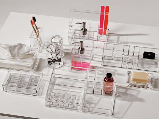 Produkte, wie der Clear Twin Organizer, die Tool Box oder auch die Spiegel Box machen es leicht die Ordnung aufrecht zu erhalten. Den Kontrast zum farblosen Acrylglas liefern Accessoires, wie die schwarzen Wattestäbchen oder die Zahnbürste in beliebigen Farben.