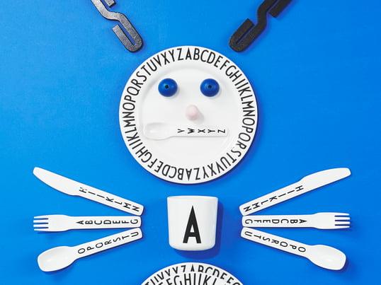 Egal ob zum Lernen des Alphabets oder als schöne Ergänzung am Esstisch, die Typografie von Arne Jacobsen überzeugt durch eine einfache, serifenlose Schrift mit eigenem Charakter.