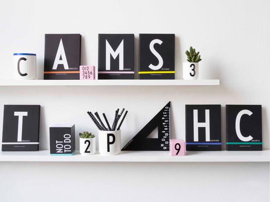 Die wichtigsten Büroartikel verziert mit schmückender Typografie. Mit den Buchstaben von Arne Jacobsen, die ursprünglich für das Raathaus in Aarhus bestimmt waren, kommt schnell Ordnung in Büro oder Home Office auf.